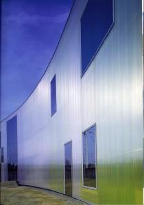 Colores azulados, muy luminosos y poco saurados reducen el peso visual del Centro Laban de Danza Contemporénea. Herzog y de Meuron, Londres, 2002.