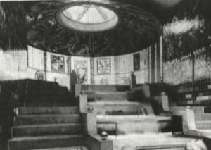 Pabellón del Vidrio en la Exposición de la Deutscher Werkbund. Bruno Taut, Colonia (Alemania), 1914. Sala de la cascada en planta baja, foto del aspecto original en blanco y negro y recreación virtual de los colores originales.