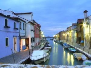 Viviendas de pescadores en la isla de Burano al anochecer, Venecia. El color permite reconocer e individualizar la propia vivienda.