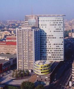 Oficinas para GSW. Sauerbruch & Hutton architects, Berlín, 1991-99. La fachada se vincula cromáticamente con los tejados rojos de los edificios de menor altura del antiguo Berlín oriental, mediante un sistema de lamas móviles de colores