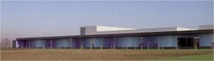 Depuratore Milano Sud. Jorrit Tornquist, Milán, 2004. El muro longitudinal dispone un esquema de color que introduce concavidades y convexidades.