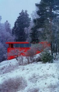 La casa roja. Jarmund/Vigsnaes AS Architects MNAL  et alt. Oslo (Noruega). Vista desde el jardín en temporada de invierno. .