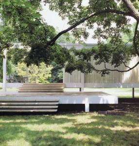 Casa Farnsworth, Mies van der Rohe, Piano, Illimois (USA), 1946-51. El arquitecto frente a la maqueta de la vivienda, vista exterior de la misma y aspecto del espacio interior.